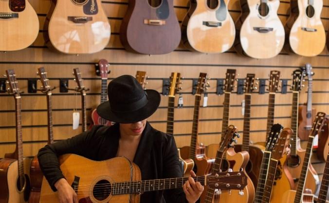 Lady Nade Guitar Pledge